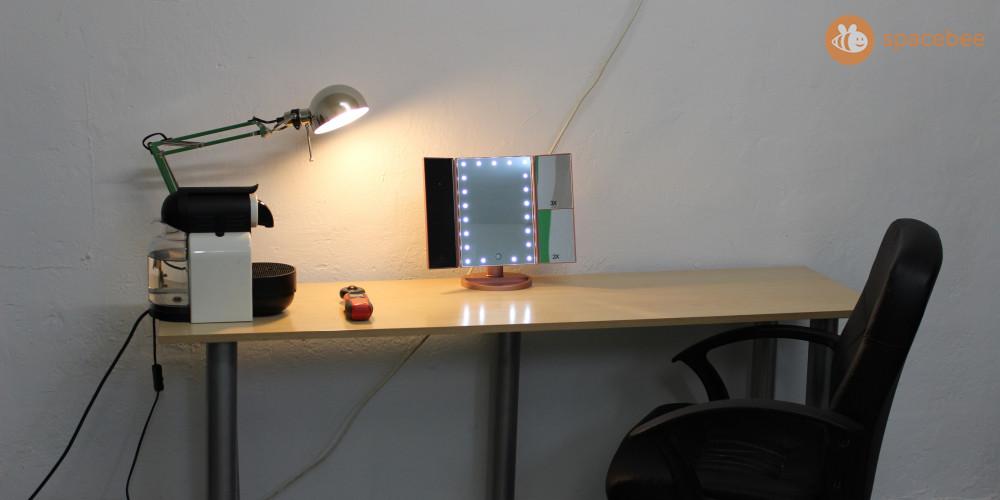 Espacio de maquillaje con espejo iluminado con led