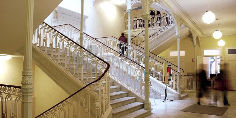 Escalera principal y entrada al auditorio