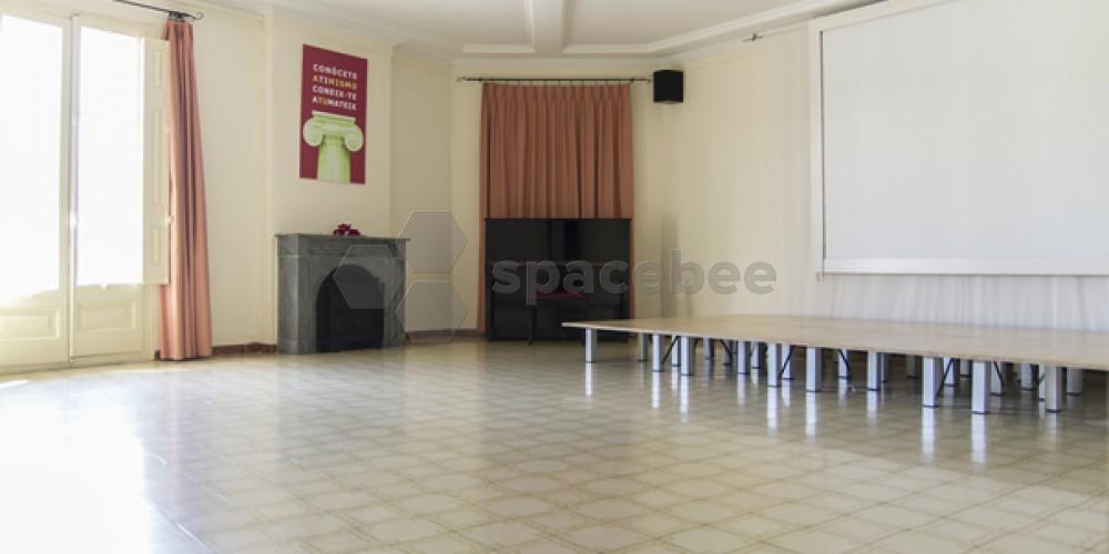Amplia sala para ensayos, talleres...