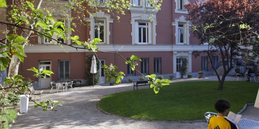 Fachada y jardín