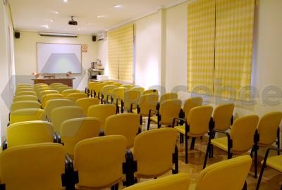 Espaciosa Sala (Aula 1) con proyector.- Horario de Mañanas