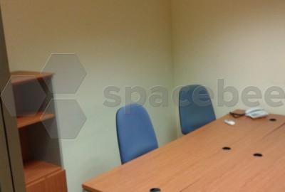 Espacio privado con dos mesas y A/A