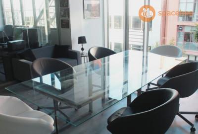 Sala de juntas espaciosa, de diseño y bien situada.