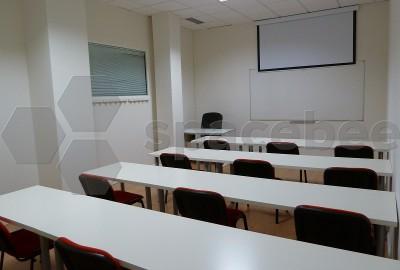 Aula blanca para 15 a 20 alumnos