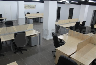 Mesa de trabajo en amplia sala común