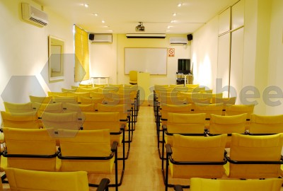 Amplia Sala (Aula 2) con proyector.- Horario de Sábados