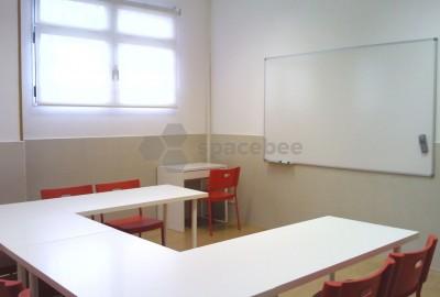 Espaciosa aula climatizada con luz natural