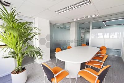Luminosa y nueva sala de reuniones