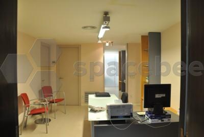 Despacho privado con ventana exterior